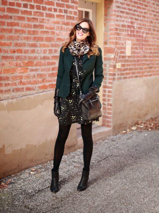 look invierno vestido corto y blazer