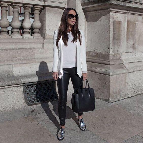 look pantalon engomado negro y zapatos plateados