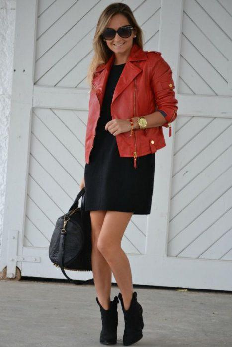 look semiformal con campera de cuero roja