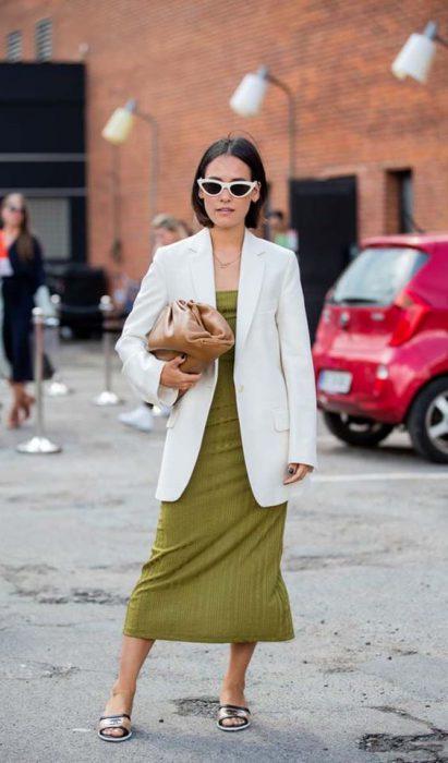 look urbano con blazer blanco y vestido midi