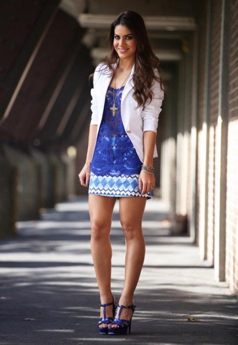 look urbano con blazer y vestido