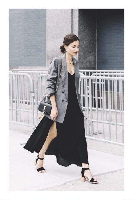 maci vestido negro y blazer