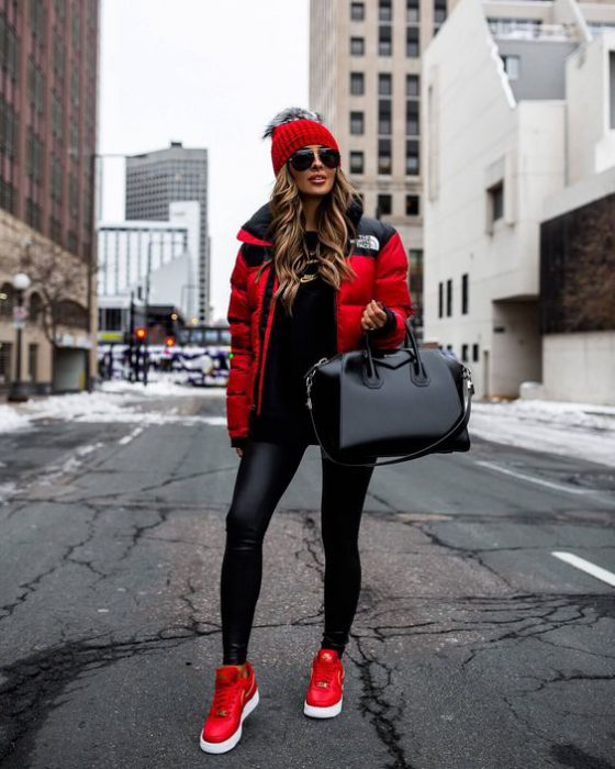 outfint negro total y campera roja