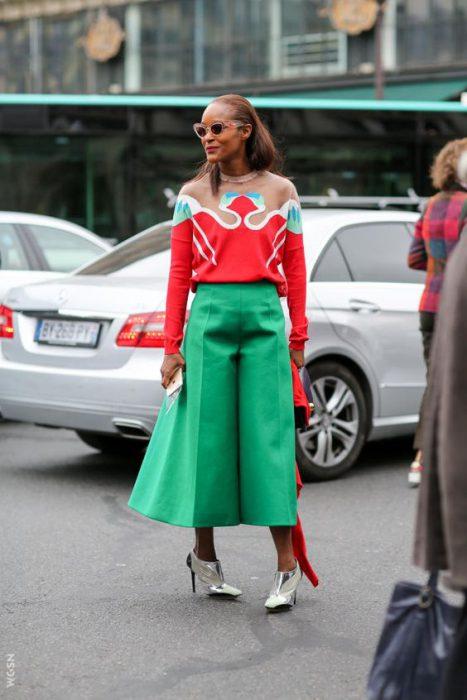 pantacourt verde esmeralda y zapatos plateados