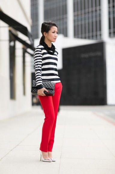 pantalon de vestir rojo y zapatos plateados