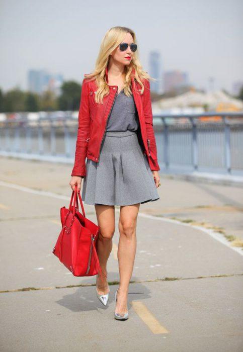rojo con zapatos plateados
