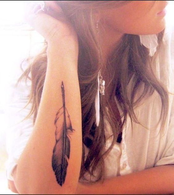 tatuaje pluma aguila mujer
