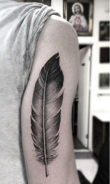 tatuaje pluma aguila