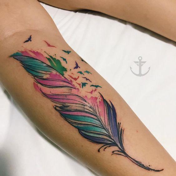 tatuaje pluma y pajaros