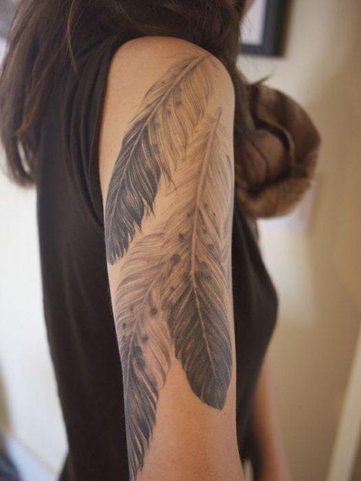 tatuaje plumas aguila