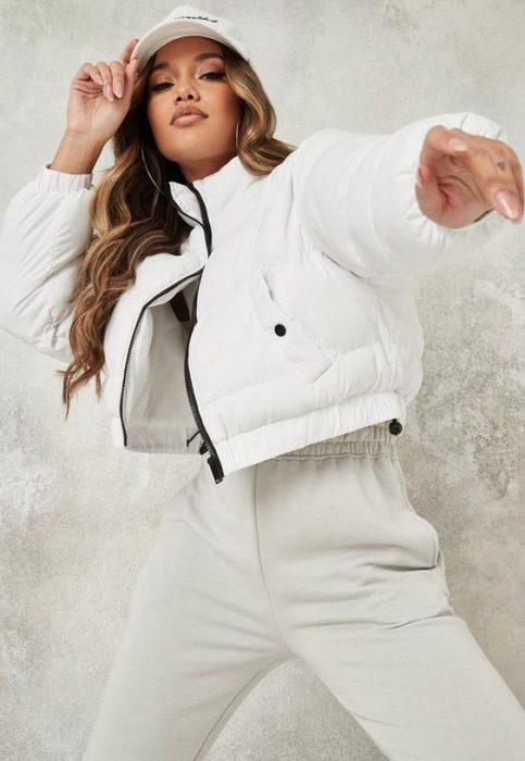 total white con campera de abrigo blanca