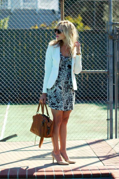 vestido casual y blazer blanco