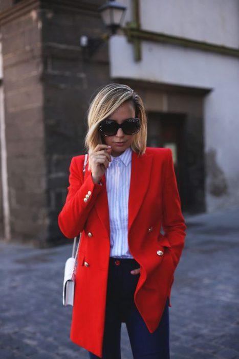 blazer rojo y jeans para ir a la oficina