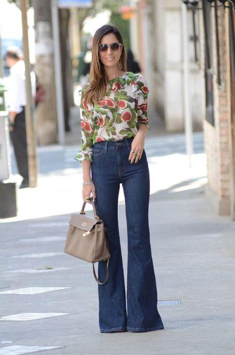 blusa estampada y jeans para ir altrabajo