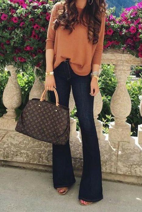 blusa lanilla y jeans para ir al trabajo