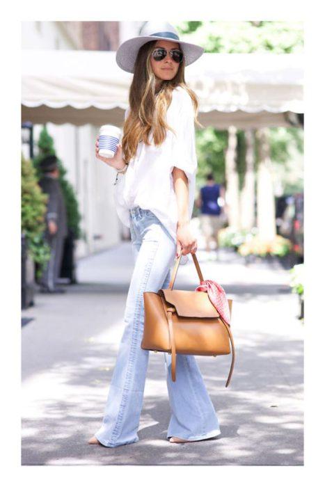 jeans y blusa boho para ir al trabajo en verano