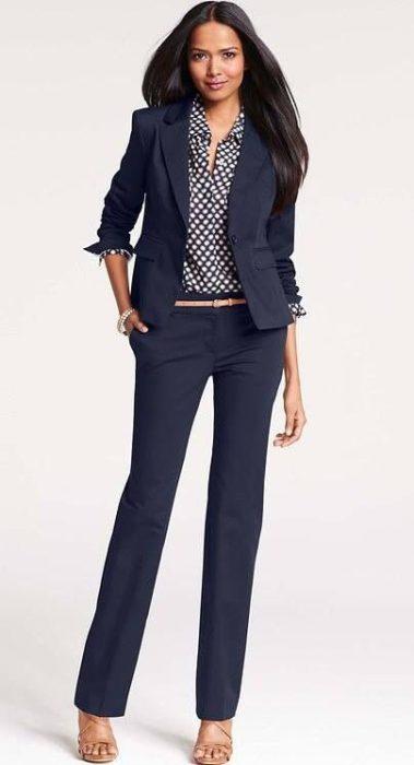 outfit traje azul mujer oficina en otono